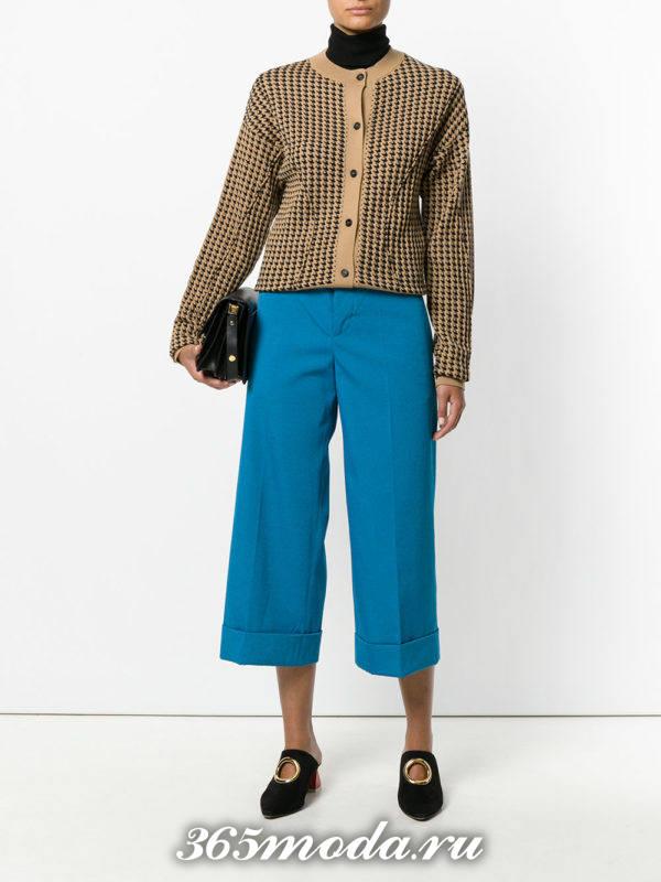 лук с яркими голубыми укороченными брюками