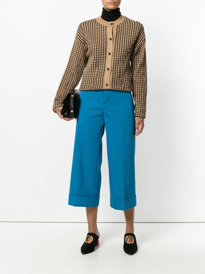 с яркими голубыми укороченными брюками