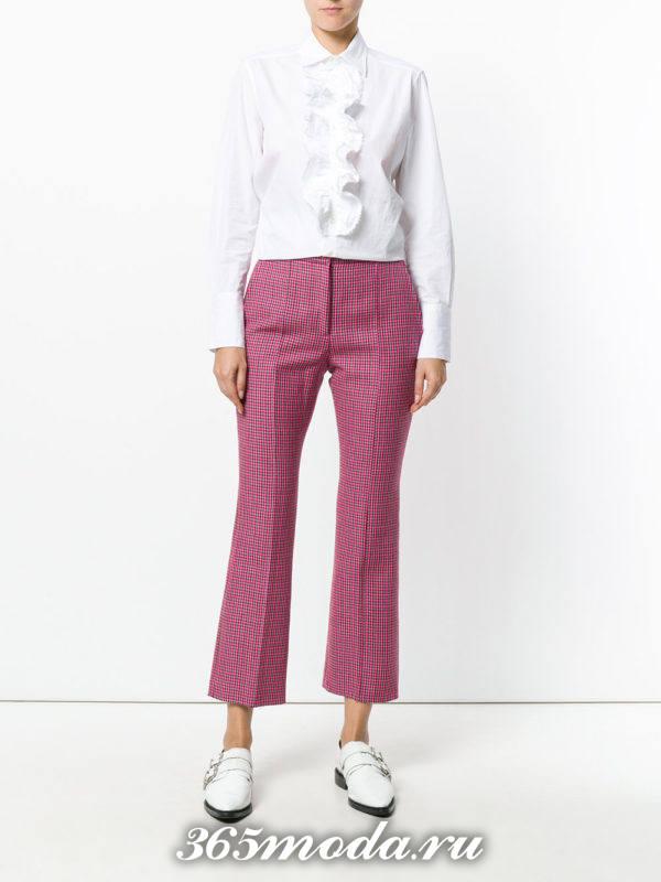 лук с розовыми брюками в клеточку