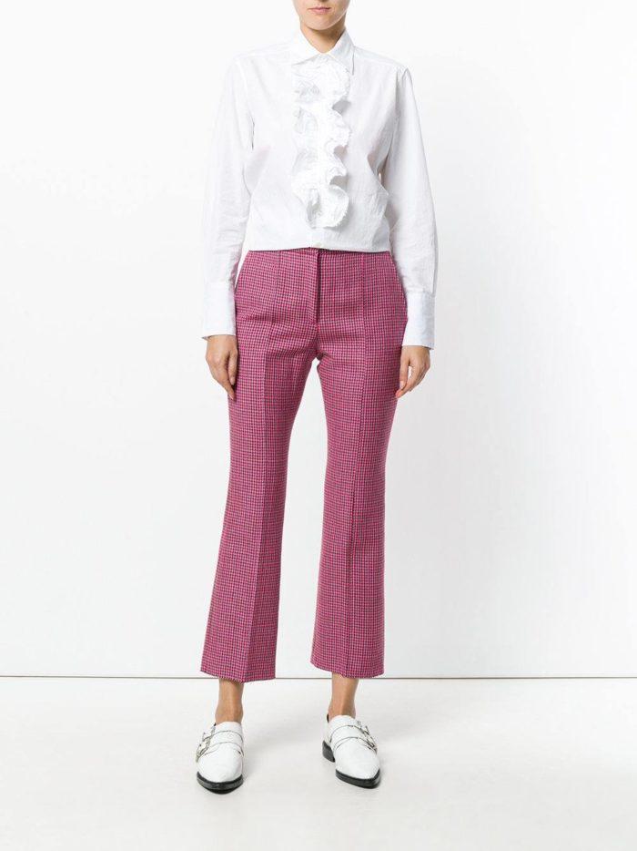 с розовыми брюками в клеточку