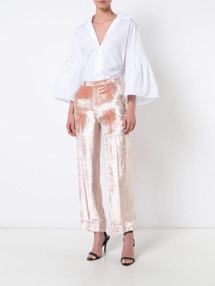 с бархатными брюками персикового цвета
