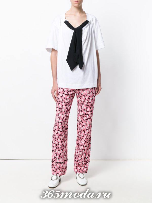 лук с розовыми брюками с принтом