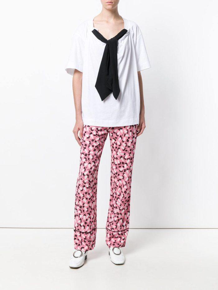 с розовыми брюками с принтом