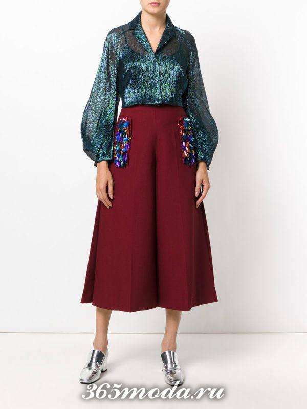 лук с красными брюками в виде юбки