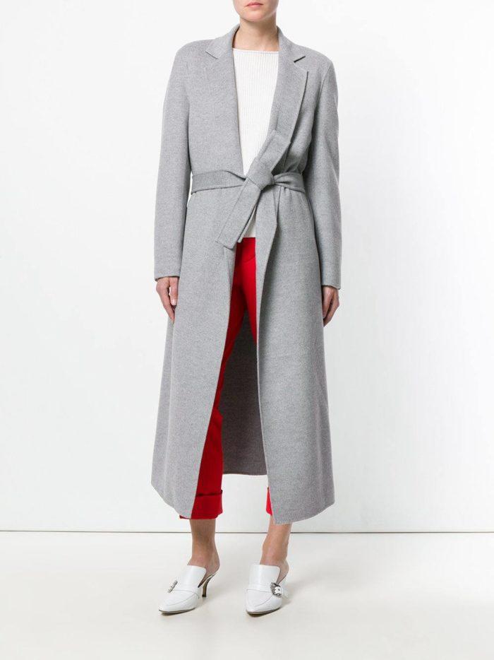 с длинным серым пальто