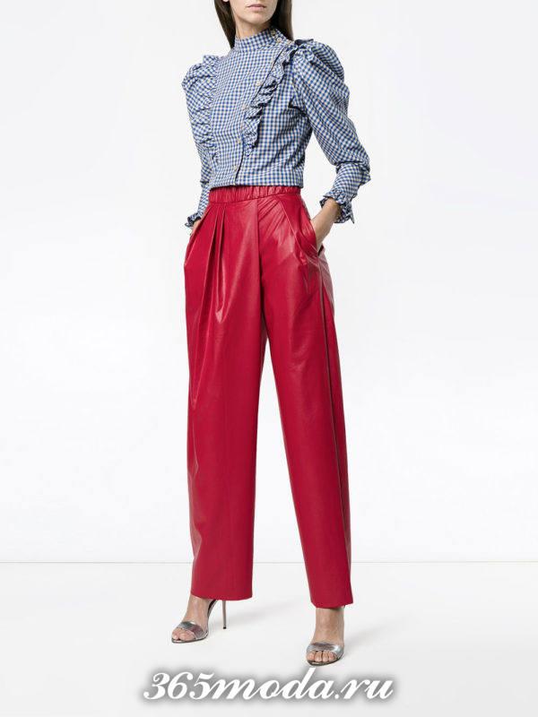 лук с красными кожаными брюками