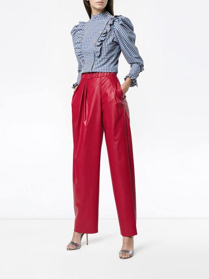 с ярко-красными кожаными брюками