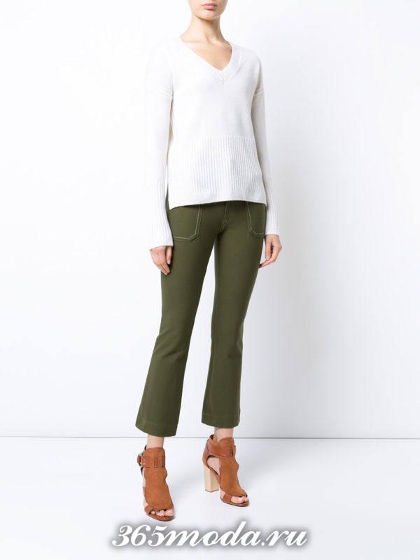 лук с зелеными укороченными брюками