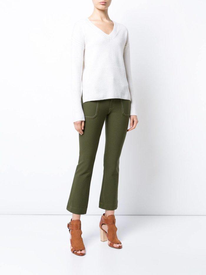 с темно-зелеными укороченными брюками