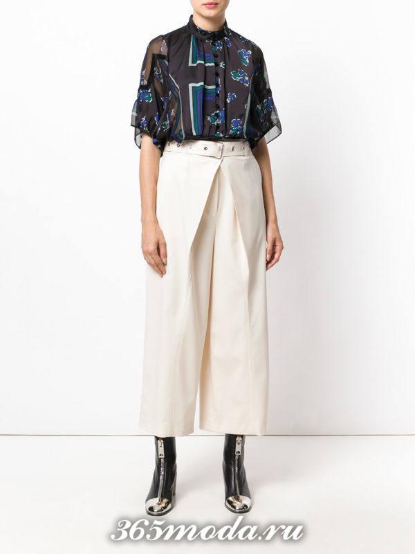 лук с белыми укороченными брюками