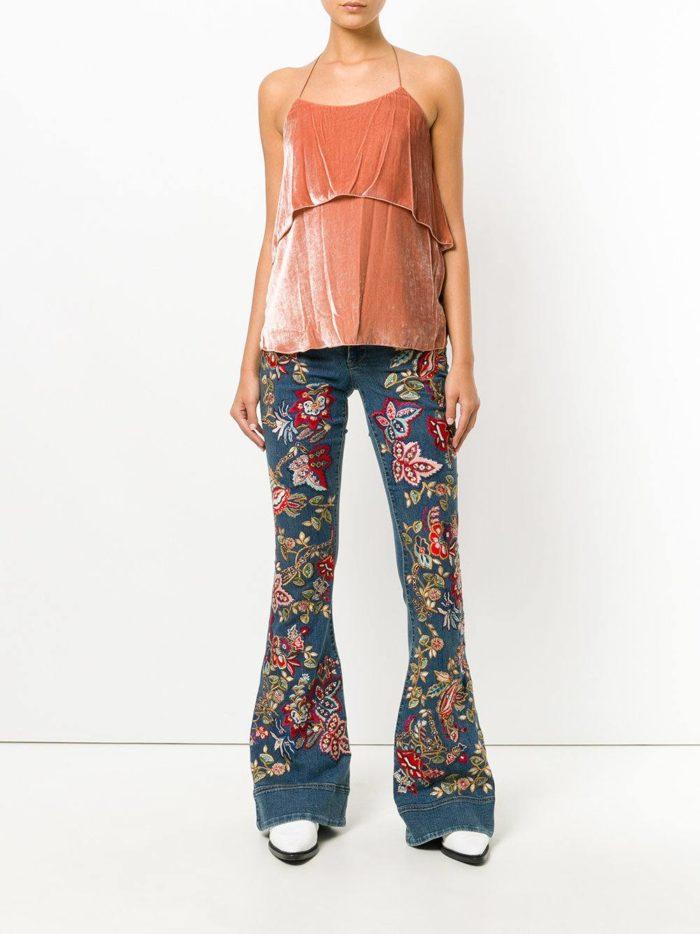 модные луки лето: с джинсами клеш с вышивкой