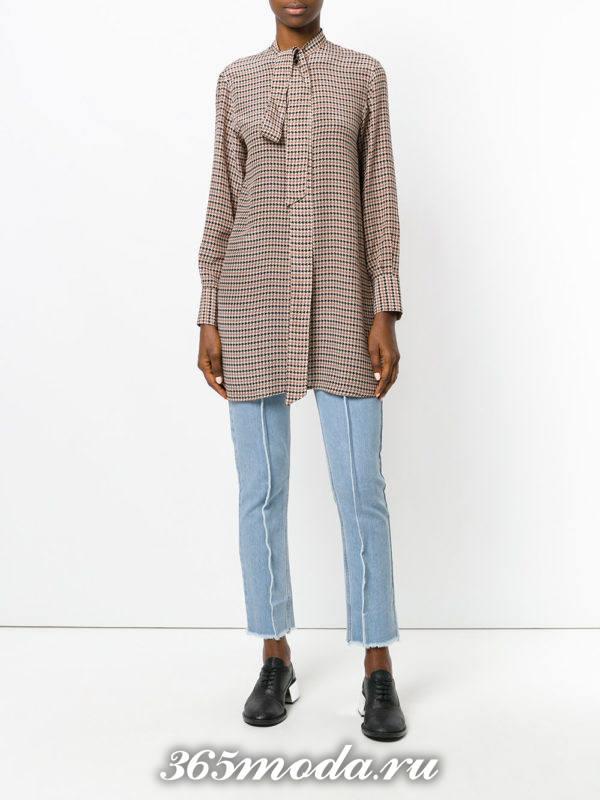 лук с светлыми укороченными джинсами