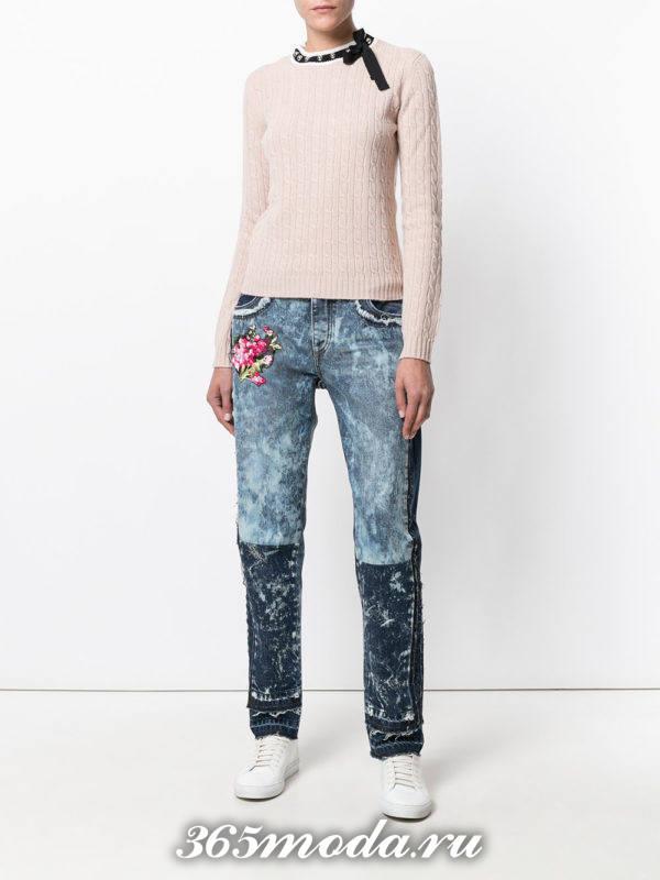 лук с двухцветными джинсами с узором
