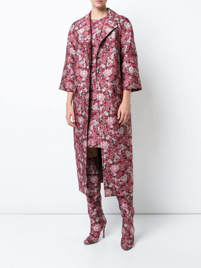 тотал лук с длинным пальто с принтом в розовый цветок