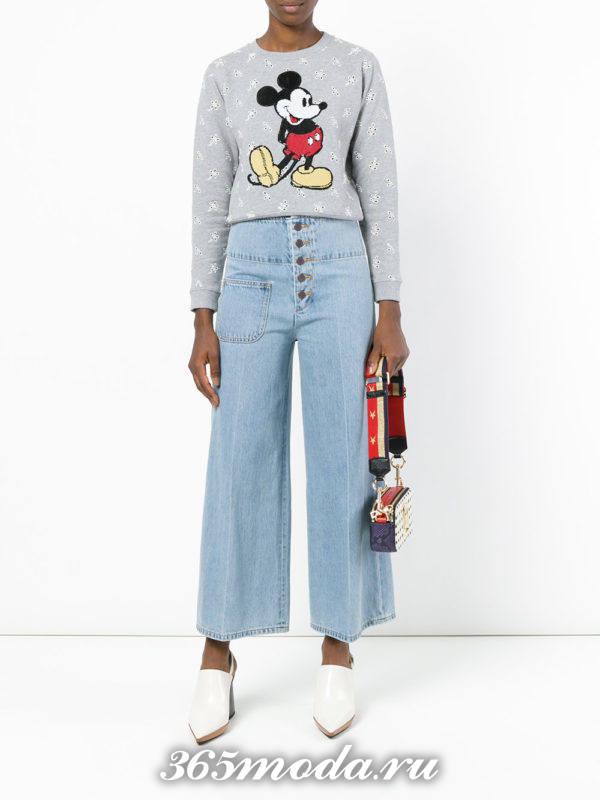 лук с укороченными джинсами клеш с пуговицами