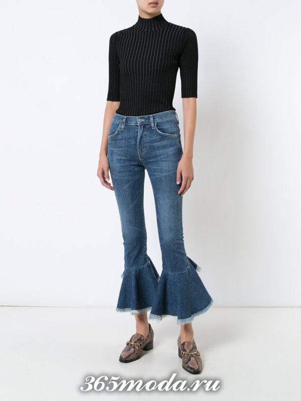 лук с модными укороченными джинсами клеш