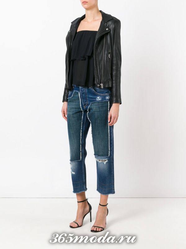 лук с укороченными джинсами с декором