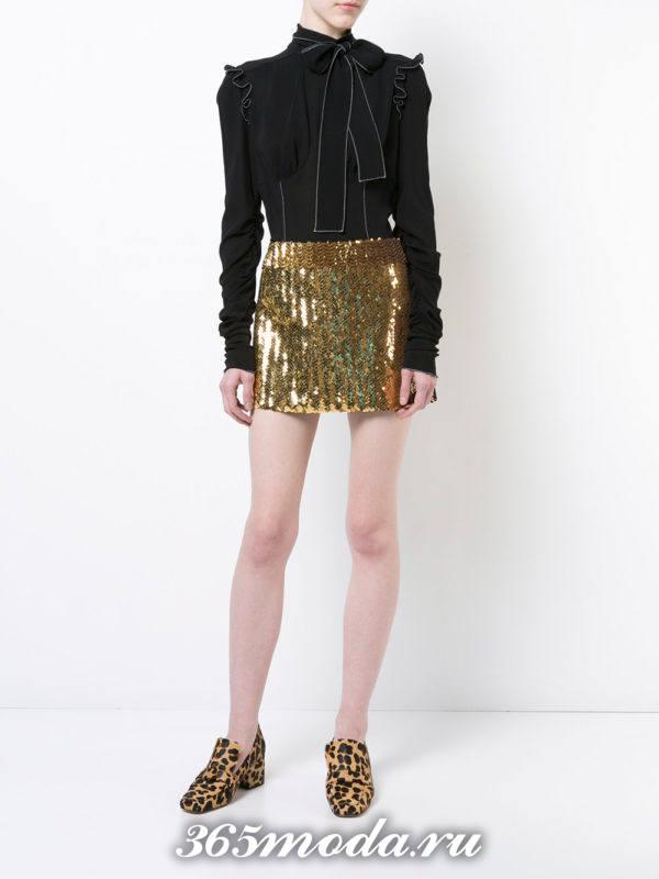 лук с золотистой мини-юбкой