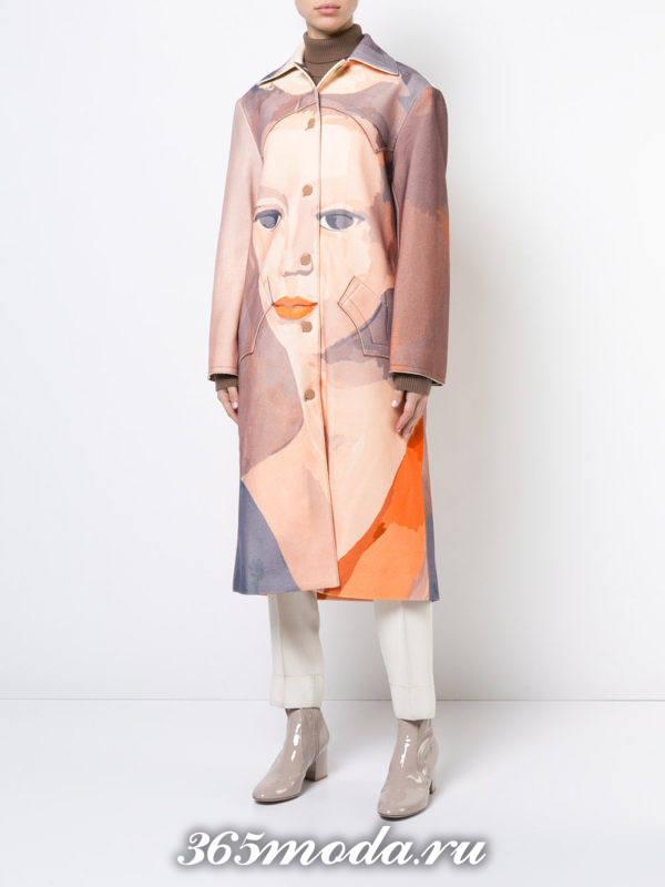 лук с длинным пальто с изображением (принтом) лица