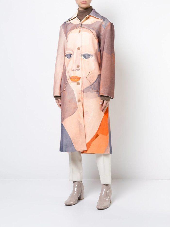 с длинным пальто с изображением (принтом) лица