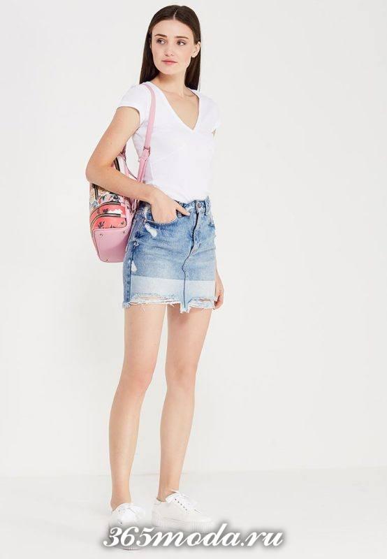 лук с белой футболкой и джинсовой юбкой