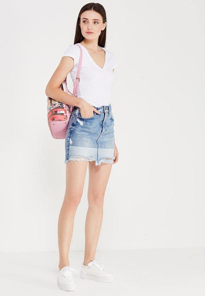 с белой футболкой и джинсовой юбкой