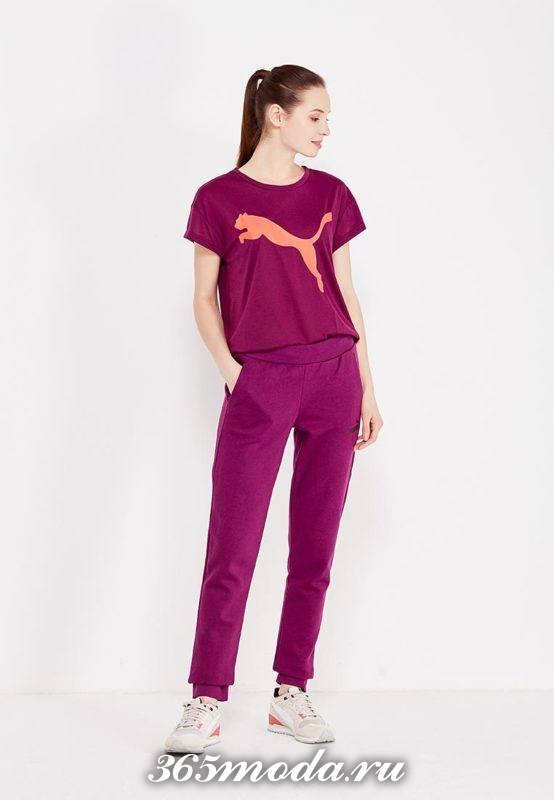 лук с бордовой футболкой и принтом пантеры