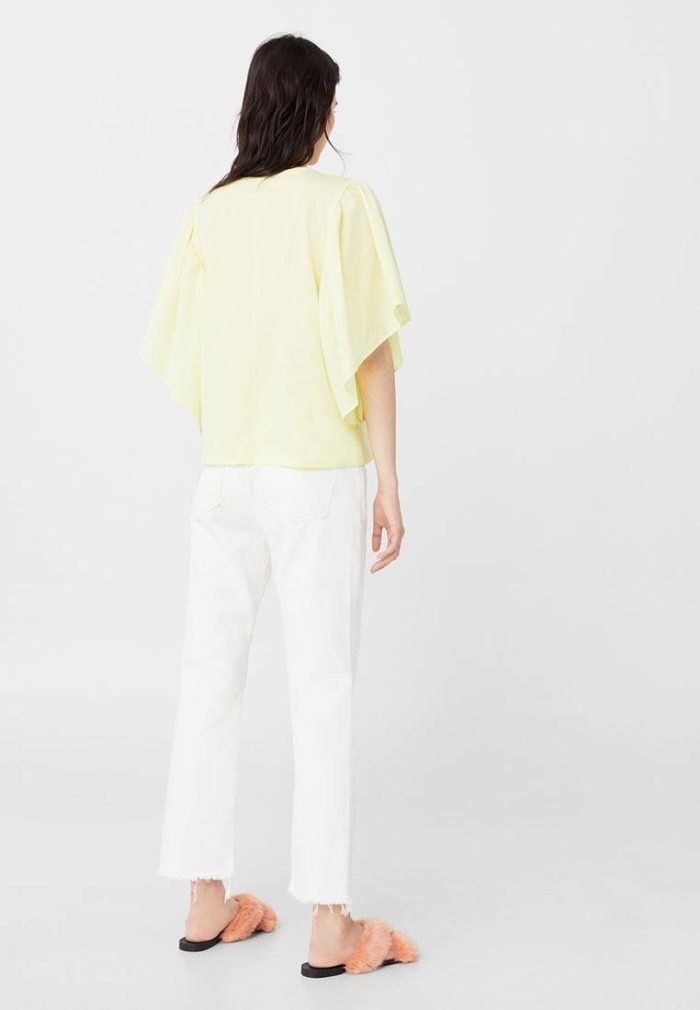 с желтой футболкой и белыми брюками