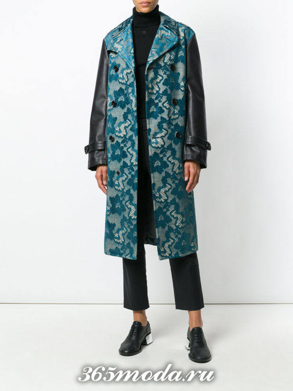 лук с синим длинным пальто с принтом