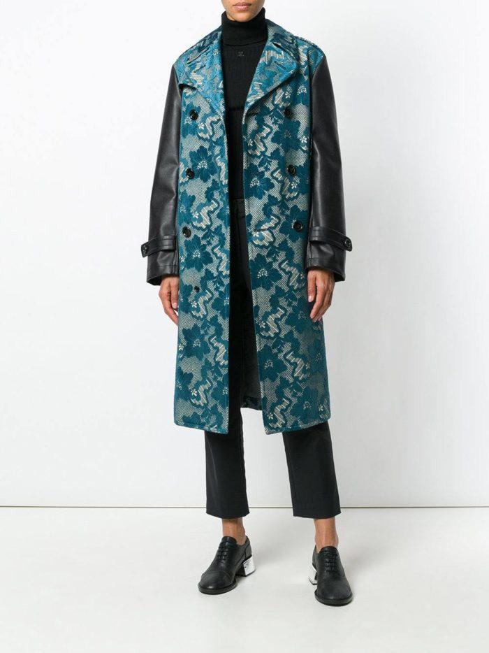 с синим длинным пальто с принтом