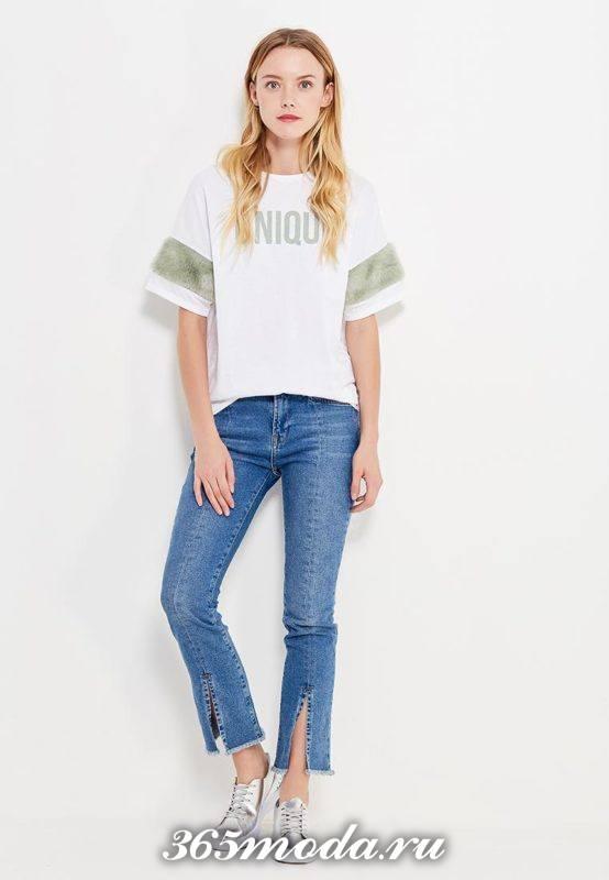 лук с футболкой с декором и джинсами