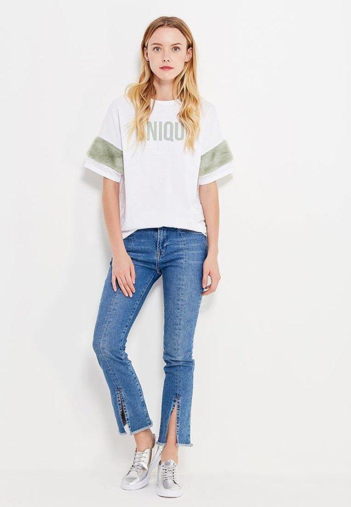 с футболкой с декором и джинсами