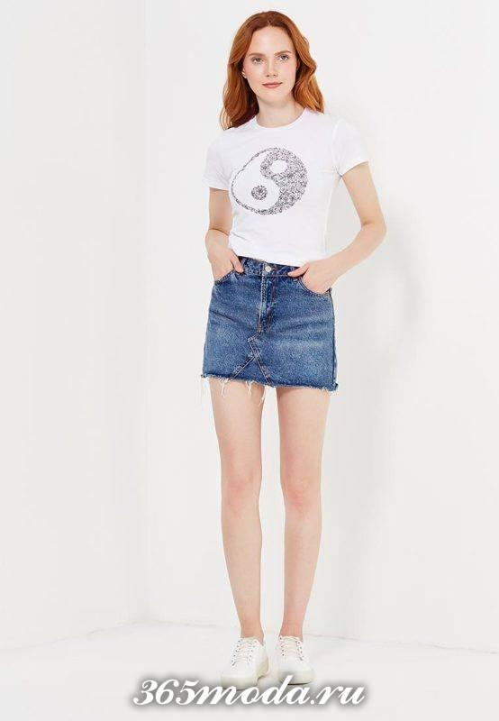лук с футболкой с рисунком инь янь