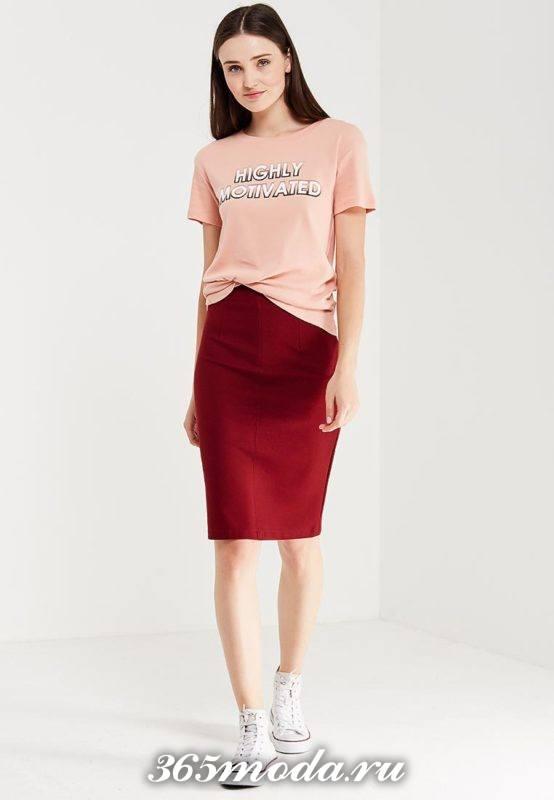 лук с розовой футболкой с надписью