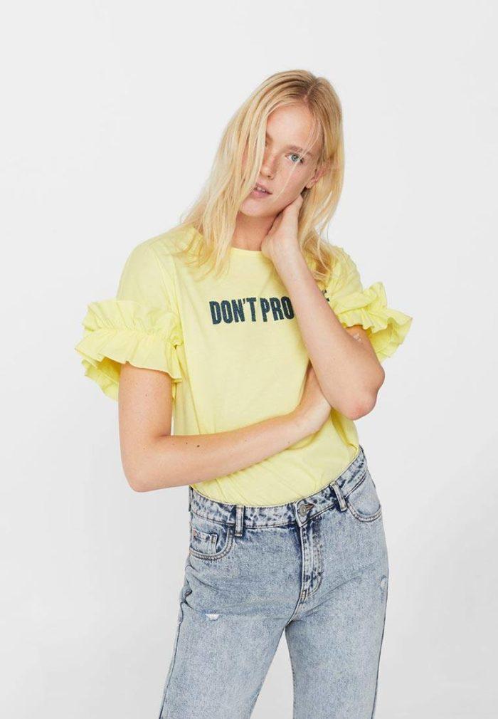 с яркой желтой футболкой
