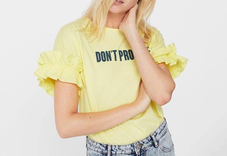 лук с яркой футболкой