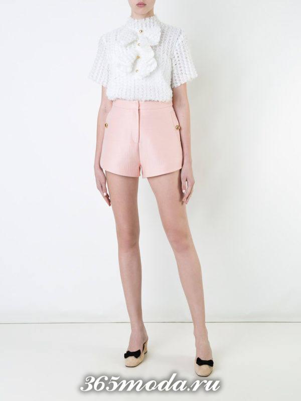 лук с розовыми короткими шортами