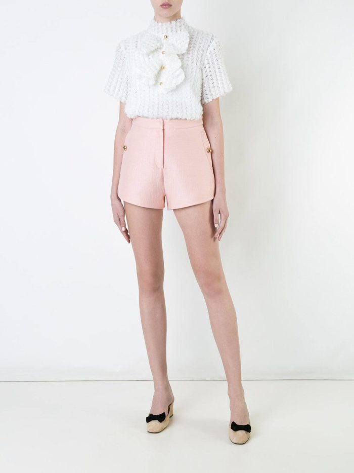 с розовыми короткими шортами
