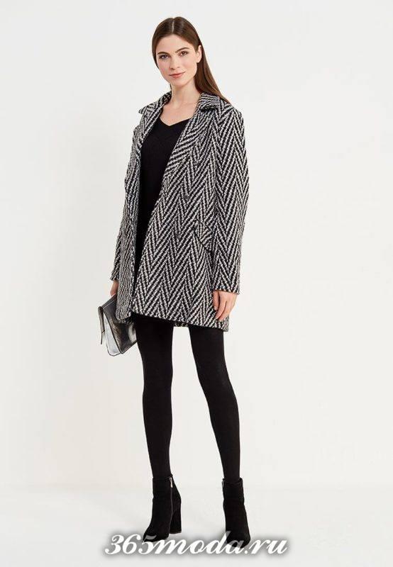 лук с коротким пальто и узором елочка