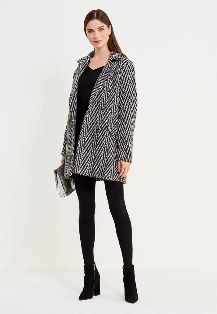 с коротким пальто и узором елочка