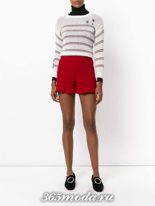 лук с бордовыми короткими шортами