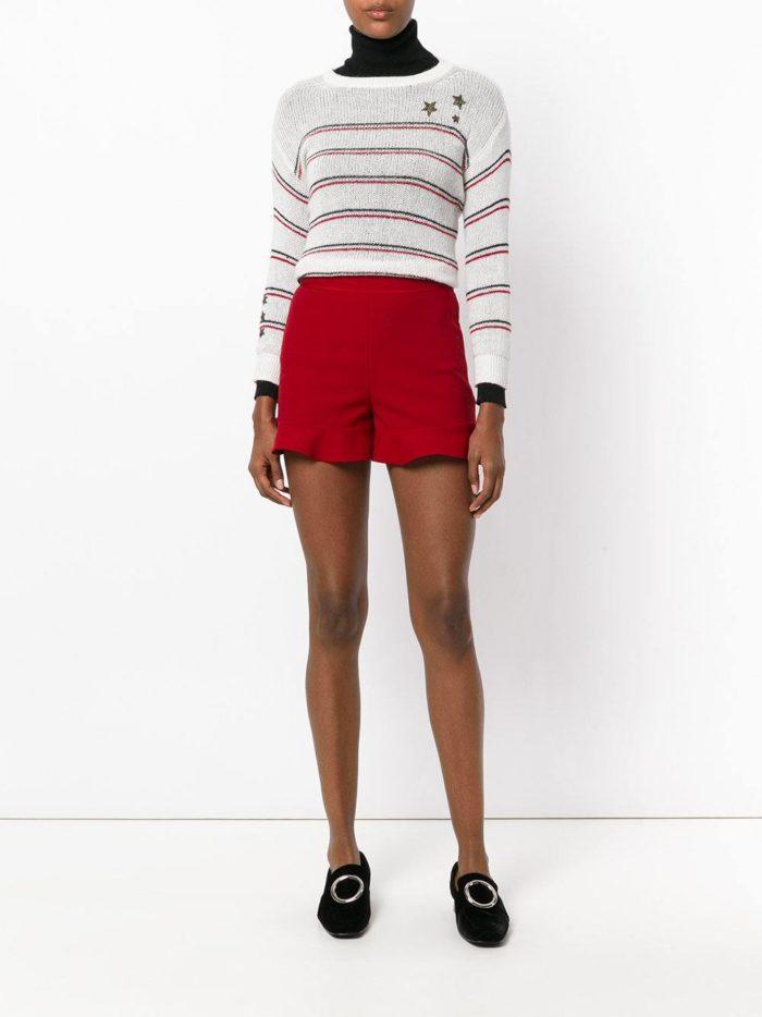 с бордовыми короткими шортами