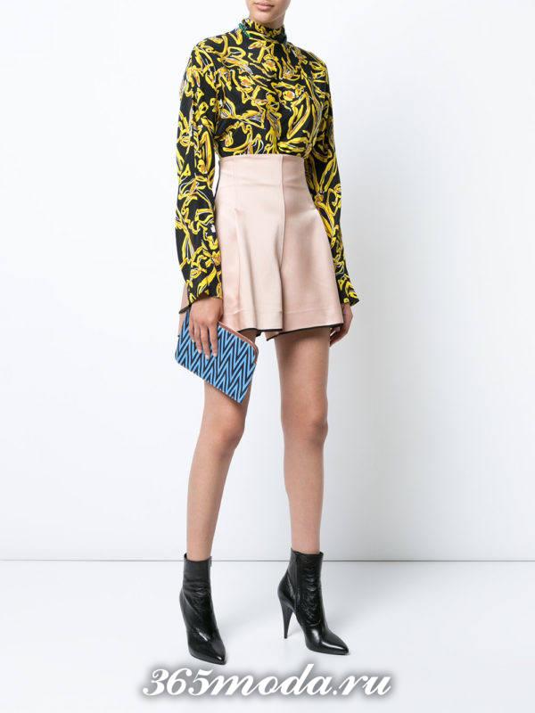 лук с нюдовыми розовыми шортами