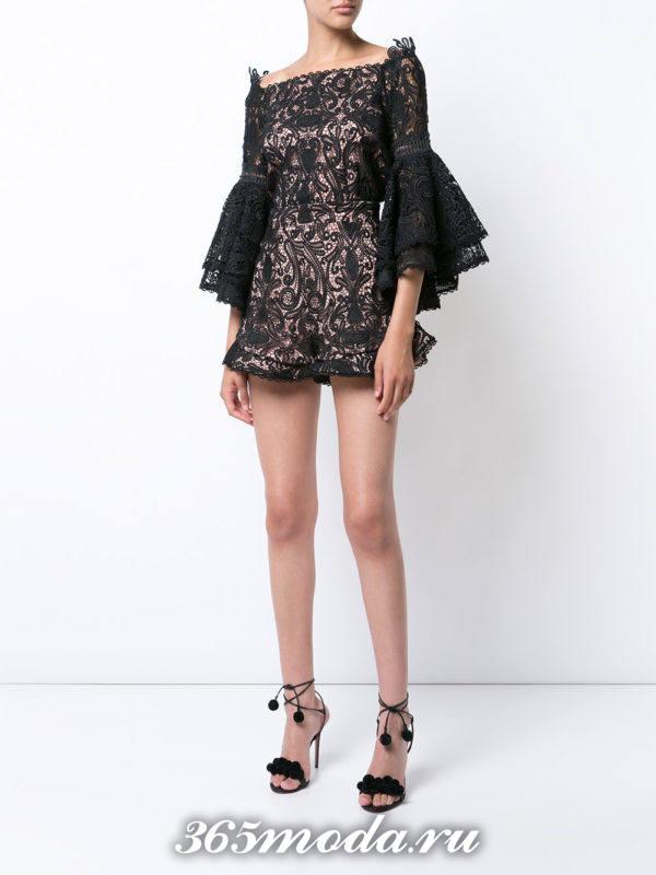 лук с кружевными черными шортами