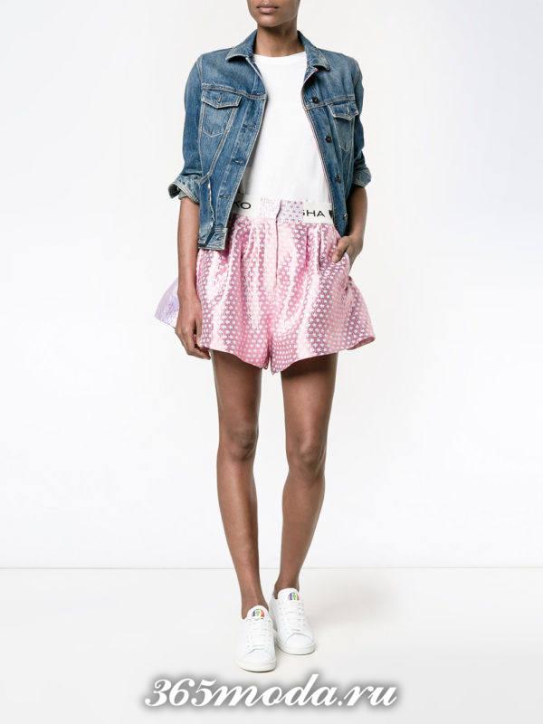 лук с розовыми шортами с декором