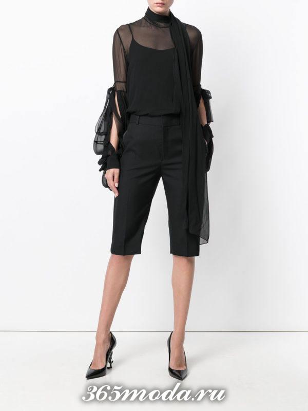 лук с черными шортами