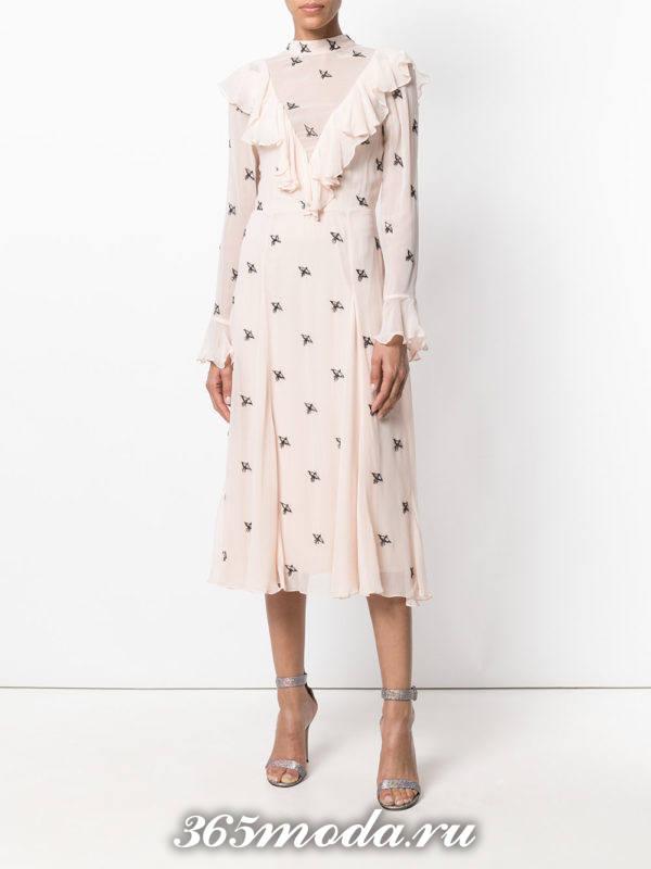 лук с розовым платьем с принтом