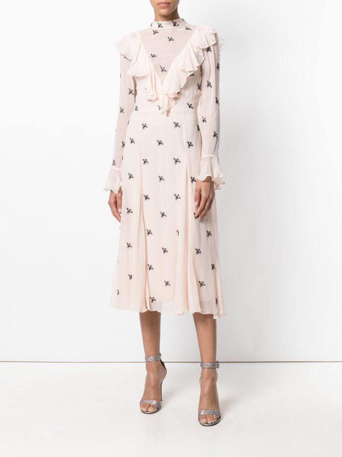 с розовым платьем с принтом