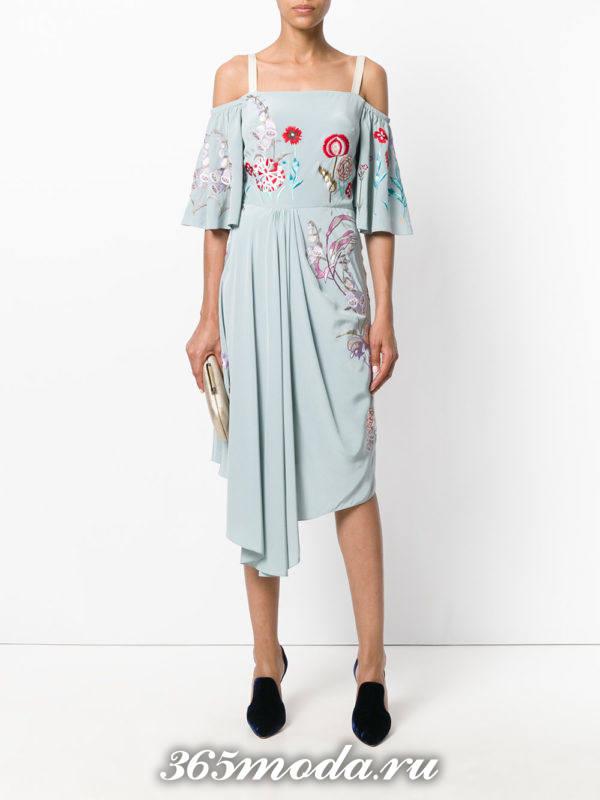 лук с бирюзовым платьем с узорами