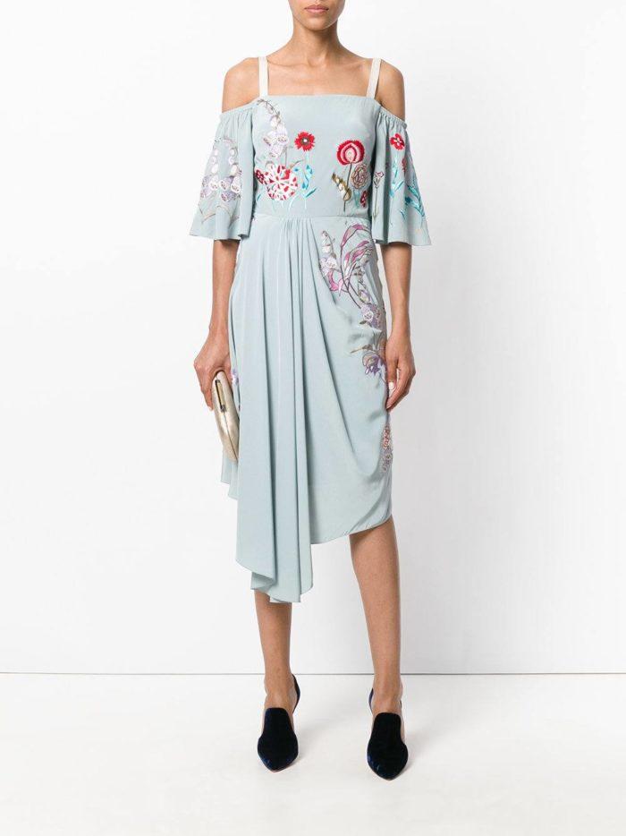с бирюзовым платьем с узорами